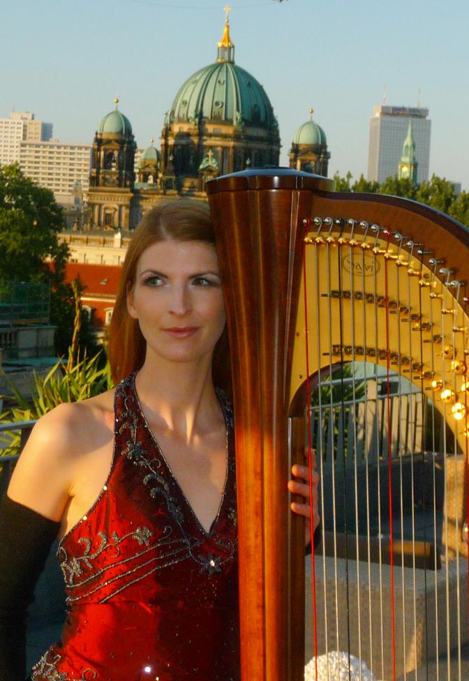 Eine Harfenistin Ber Den D Chern Von Berlin Und Bei Nahen