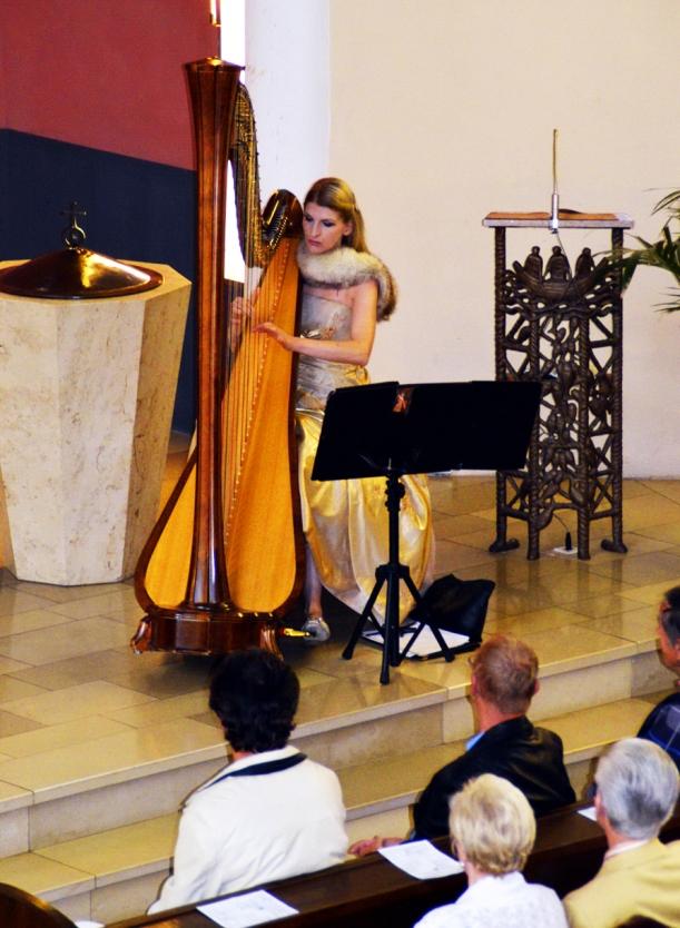 beim Harfe-Spielen ganz konzentriert in der Berliner Nathanel Kirche, danke an Frau Hering für das Foto!