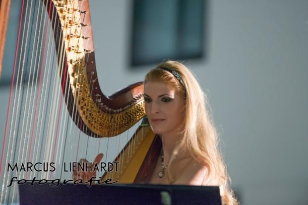 im Moa während des Harfe-Spielens bei der Körpernah-Modenschau- photo by Marcus Lienhardt, Kette by www.kupferkatze.de