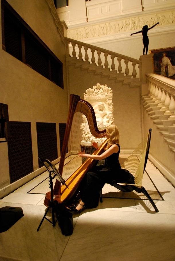 auf dem Harfen-Stuhl Harfe spielend- Foto by Matthias Zeckert, danke ♥
