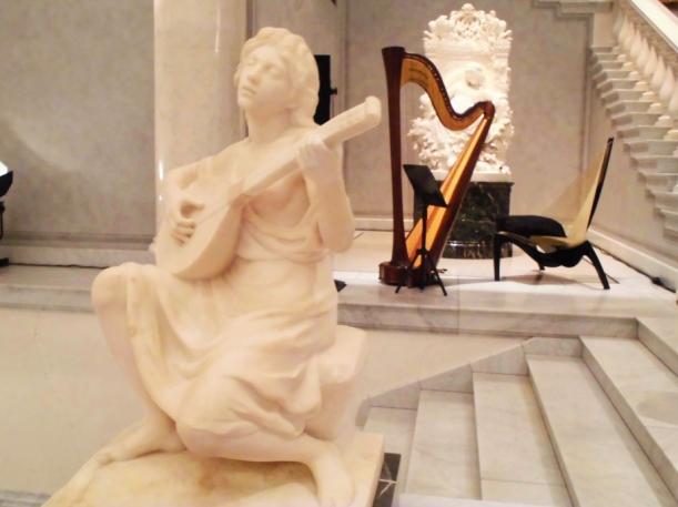 Musik-Muse, Harfe und Dornröschen- Skulptur in der alten Nationalgalerie
