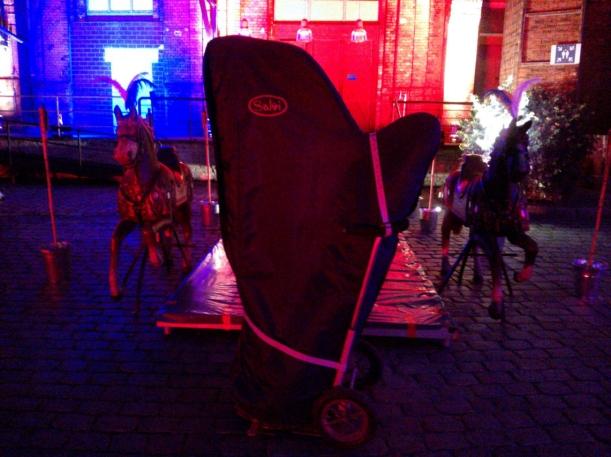 Meine Harfe vorm Eingang des Bötzow-Berlins
