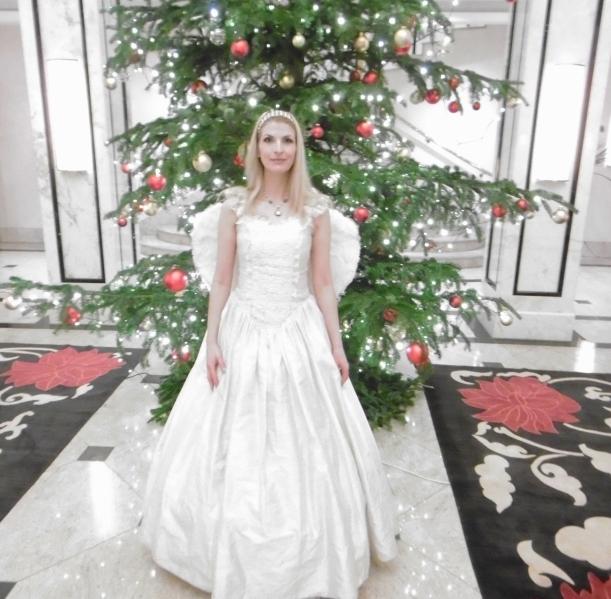 Harfen-Engel vor dem schönen Weihnachstbaum im Maritim Hotel