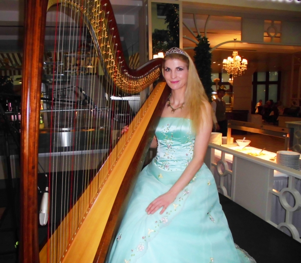 als Märchen-Prinzessin an der Harfe, Kette von www.kupferkatze.de ;-)