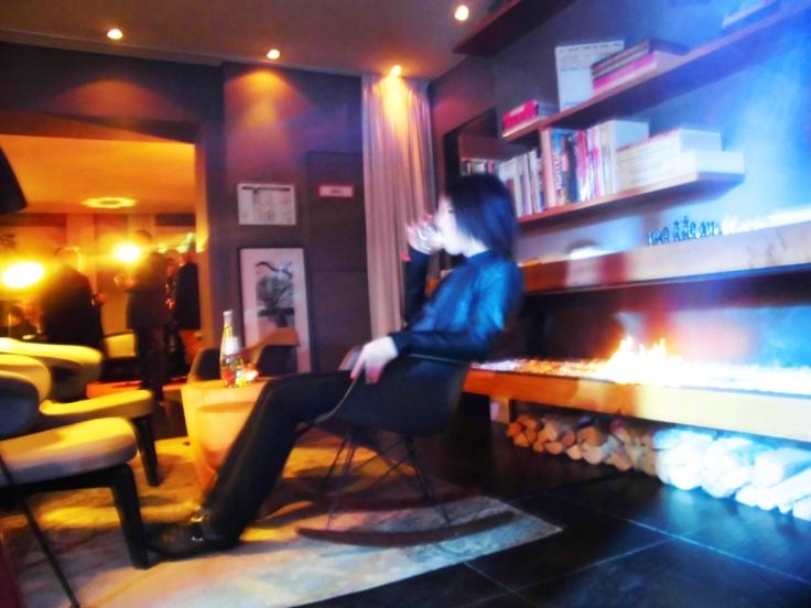 Shota entspannt am Kamin vor unserem Auftritt für den BVMW