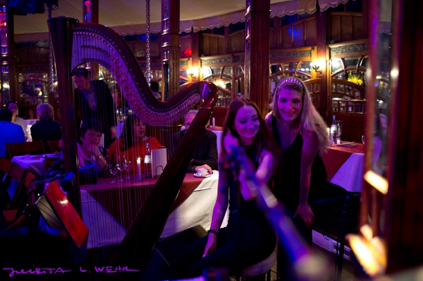 Klar darf Vivi an der Harfe sitzen! -Foto by Julietta Wehr (http://www.julietta.de/)