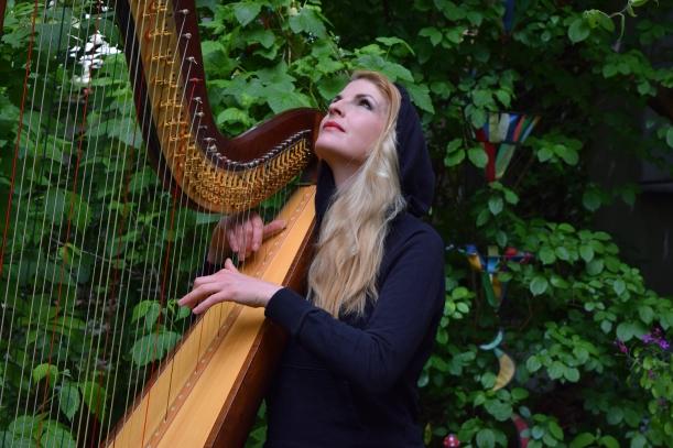 Harfenistin im Berliner Garten