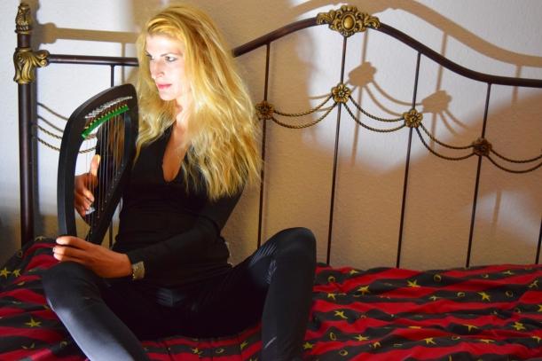 Übe-Harfe im Bett