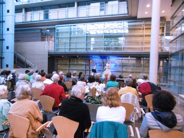 zahlreiches Publikum in Vechta für das Konzert mit Harfe