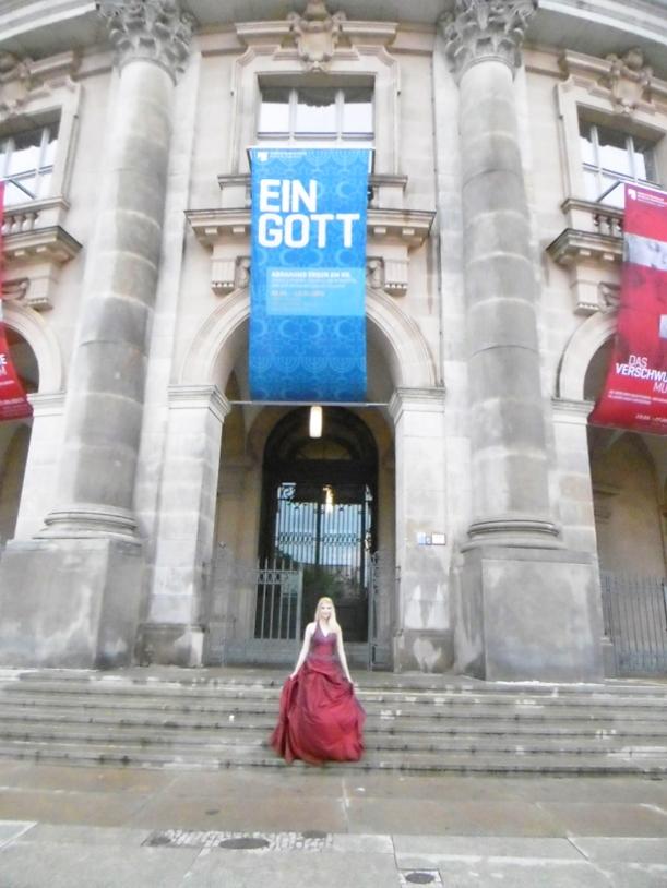 Eine Harfenistin. Vor dem Bode-Museum.