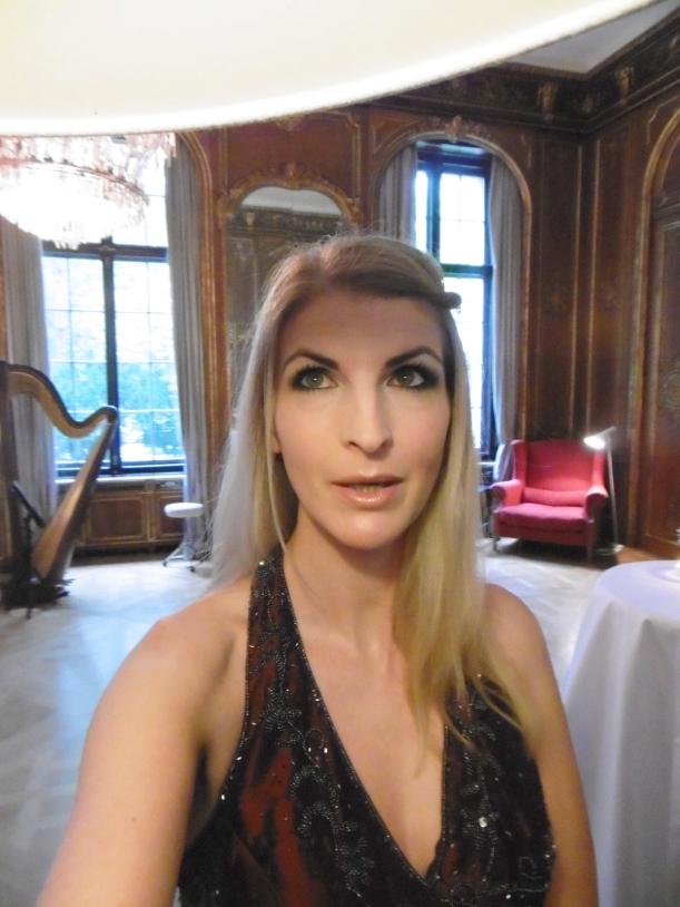 Selfie im Spiegelzimmer des Schloßhotels mit Harfe im Hintergrund