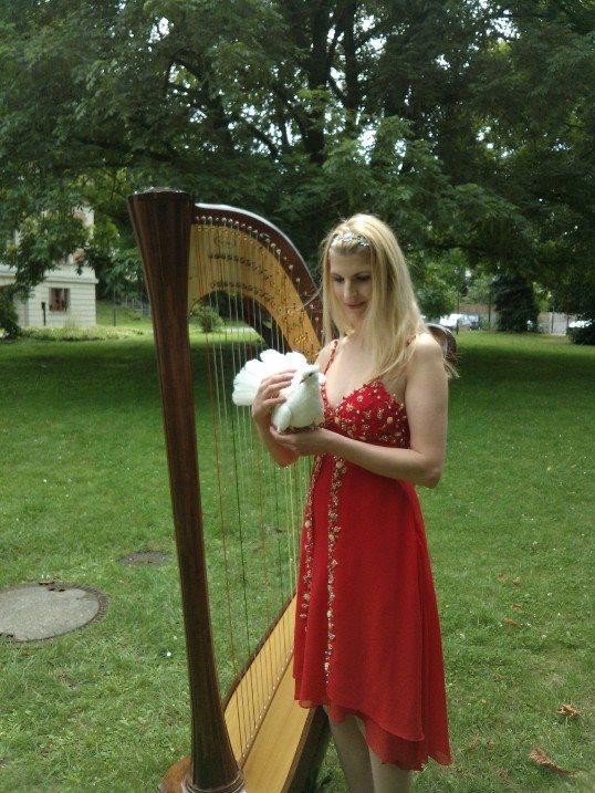 Friedenstäubchen mit Harfe und Lady in Red