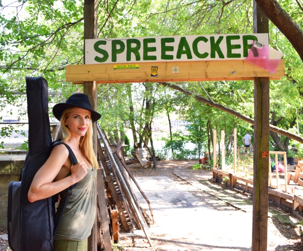 "Simonetta ""Indiana Jones"" enters the wild jungle on the Spree !"