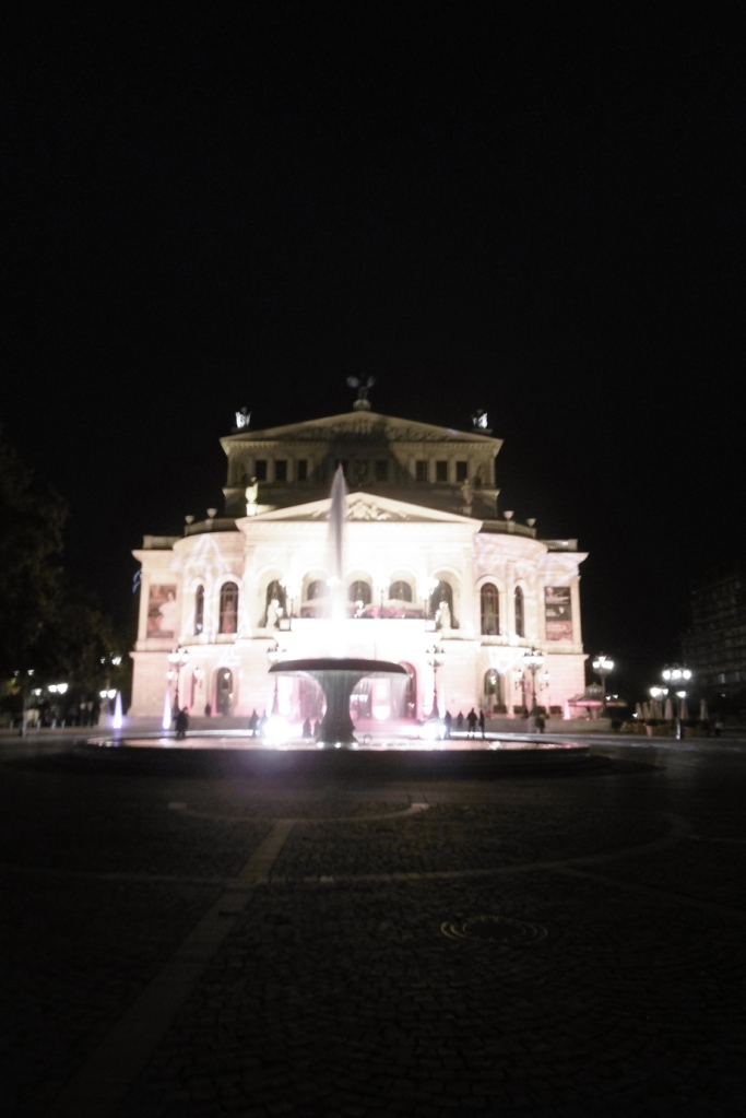 die Alte Oper Frankfurt in nächtlicher Illumination