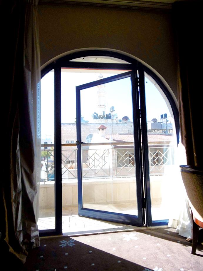 sonniges Hotelzimmer mit Blick auf die Moschee