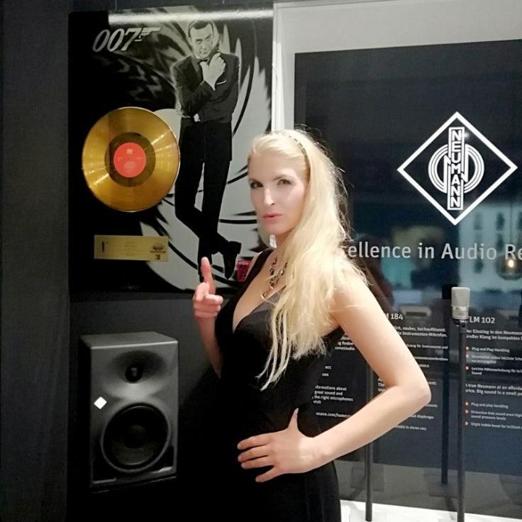 """Schön,, daß wir verbunden sind ! Vielleicht ergibt sich eine Zusammenarbeit: Für beste musikalische Umrahmung für exklusive oder private Veranstaltungen: Die Musik von Harfenistin Simonetta, die von ihren Auftraggebern """" Germany´s No.1 harpist"""" getauft wurde- begeistert Zuhörer und Kunden nachhaltig. Ein außergewöhnliches Repertoire von Bach bis Adele und Metallica gepaart mit einer begnadeteten und einzigartig emotionalen Spielweise sowie verschiedene Programme passend zu jedem Event ( solo Harfe, Konzerte, Duo mit EGitarre , Band , oder mit DJ - bis zur Augmented Reality , Laserharfe und Event-Moderation ) spiegeln die musikalische Vielfalt der studierten Harfenistin wieder. Nicht nur ihre umfangreichen Referenzen ( für diverse Königshäuser und große Firmen sowie Performances zB mit Beyonce oder live- TV Auftritte zB in Bethlehem fürs ZDF ) sondern auch die begeisterten Kunden weltweit machen Simonetta zur Besten im Bereich Eventmusik. Schönheit und Musik- Flexibilität, Professionalität, Musikalität ,Sympatie stehen bei der """"Hauptstadtharfe"""" an allererster Stelle. Überzeugen Sie Sich selbst: www.hauptstadtharfe.de Herzlichste Grüße! Simonetta Instagram: https://www.instagram.com/harpist.berlin/ Youtube: https://www.youtube.com/user/SimonettaGinelli Facebook: https://www.facebook.com/DEJA.NOVA.DELUXE/ Vimeo: https://vimeo.com/user6996218 Soundcloud: https://soundcloud.com/hauptstadtharfe"""
